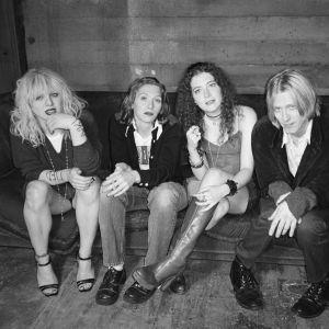 Bandet Hole sitter i en soffa, tre kvinnor och en man
