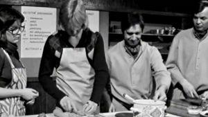 Merja Santavuori, Yrjö Timonen, Veijo Vanamo ja Jaakko Kolmonen valmistavat ruokaa (1974).