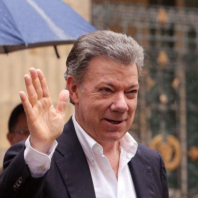 Colombias president Juan Manuel Santos vinkar.