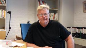 Michael Uljens, professor i pedagogik vid Åbo Akademi i Vasa, sitter i sitt arbetsrum på Academill.