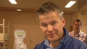 Anders Byggmästar och Marika Lassfolk i vallokalen i Vestersundsby skola.