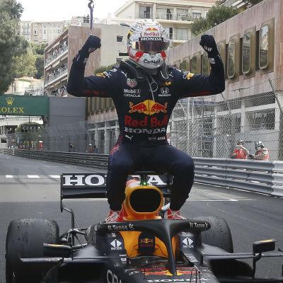 Max Verstappen jublar på sin bil i Monaco.