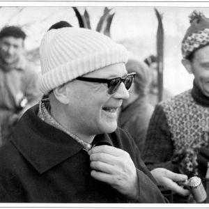 Kekkonen efter skidtur i idrottscentret Kääriku i Otepää sydväst om Tartu. Till höger Tartus borgmästare Heino Sisask, själv aktiv idrottsman