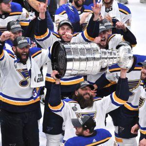 St. Louis firar med Stanley Cup-pokalen.
