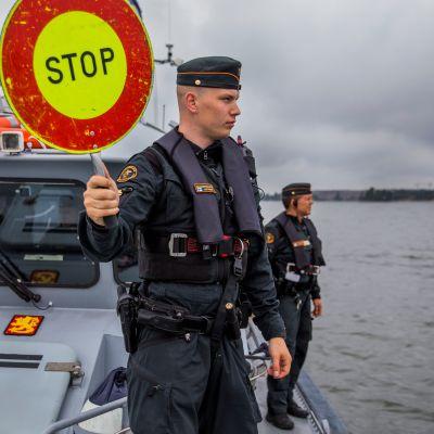 Helsingin merivartioasemalla vartioupseerina toimiva luutnantti Santeri Laitanen pysäyttää moottoriveneen pistokoetta varten.