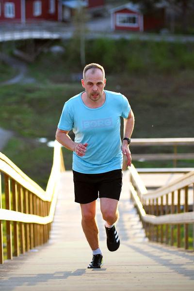 Martin Norrgård löper i trapporna på Öjberget