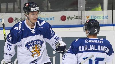 Anton Lundell och Jere Karjalainen firar ett mål i lördagens EHT-match mot Sverige.