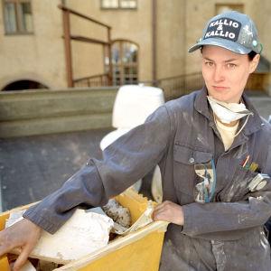 Lotta Lehtikari ja Teemu Aromaa päällään työhaalarit.
