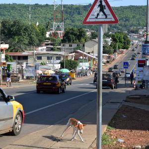 Liikennettä Hon kaupungin pääkadulla Ghanassa