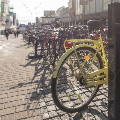 Polkupyöriä parkissa Jyväskylän Asemakadulla.