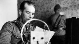 Kirjailija Yrjö Jylhä esiintyy Aunuksen radion avajaislähetyksessä 1.9.1941.