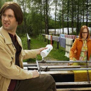 Lari Halme ja Annu Valonen Kätevän emännän sketsissä 2004