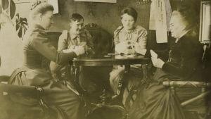 Miina Canthin salongissa skruuvia pelaamassa Hanna Levander, Alma Tervo, Maiju ja Minna Canth
