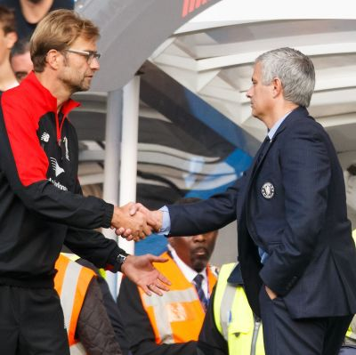 Jürgen Klopp och Jose Mourinho skakar hand.