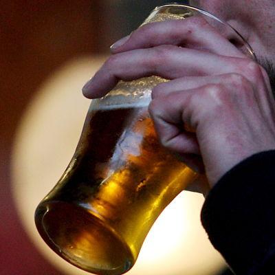Man dricker öl
