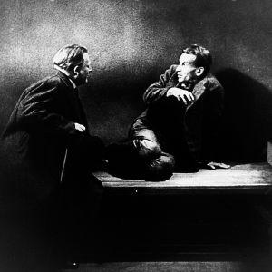 Komisario yrittää puhutella hulluksi tullutta miestä. Kuva elokuvasta Tri Mabusen testamentti