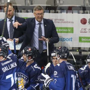Jukka Jalonen valmentamassa