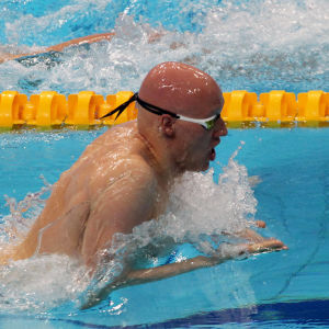 Matti Mattsson simmar bröstsim.