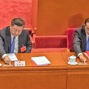 Xi Jinping ha Li Keqiang äänestävät Kiinan kansankongressin istunnossa.