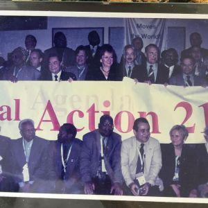 Kaarin Taipale kestävän kehityksen konferenssissa Johannesburgissa osana suurta ryhmäkuvaa.
