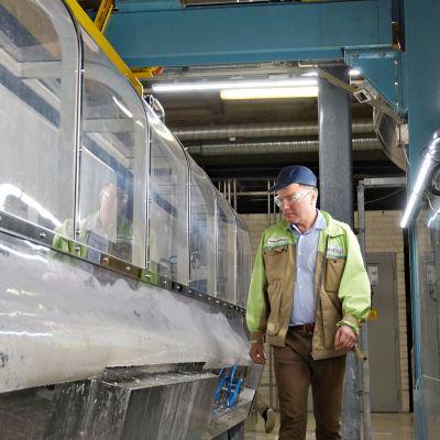Toimitusjohtaja Markku Hämäläinen tarkistamassa päällystintä Kotkamillsin tehtaalla.