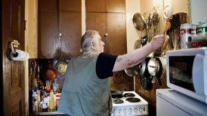en gammal man i sitt kök