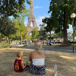 Dominic och Sara Rönnberg sitter vid Eiffeltornet.