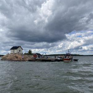 Vesibussi M/S Marina kiinnittyneenä Loistokarin laituriin 14.7.2020 savuhavainnon jälkeen.