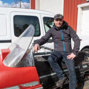 Tero Sormunen istuu moottorikelkan päällä.