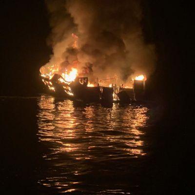 Båten som brann i lågor ute på havet.