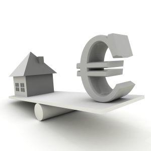 Ett hus och en eurosymbol balanserar på en planka.