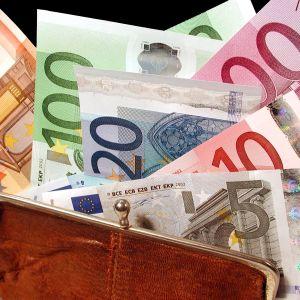 Pengar som sticker upp ur en börs.