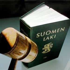 Finska lagboken och en klubba