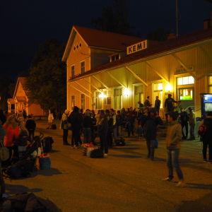 Asylsökande väntar på nattåget från Kemi söderut.
