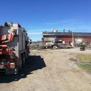 Brandkåren släcker brand vid ladugård i Kristinestad.