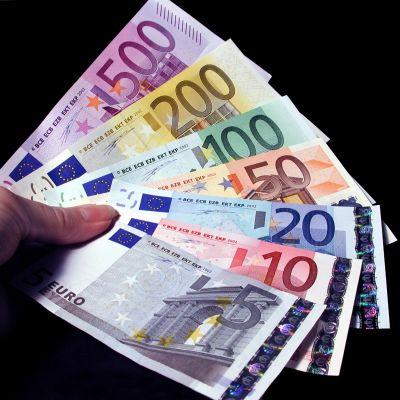 Eurosedlarna i en hand
