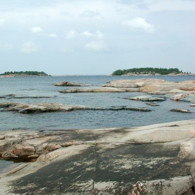 Skärgårdsklippor vid havet.
