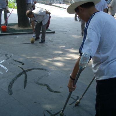 kiinalaista vesikalligrafiaa kahdella kädellä