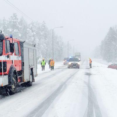 Trafiken avbruten på riksåttan i Kronoby efter älgkrock.