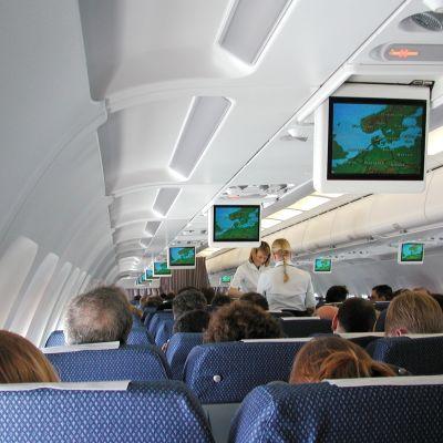 Inne i ett flygplan, vy från passagarerarsäte mitt i planet.