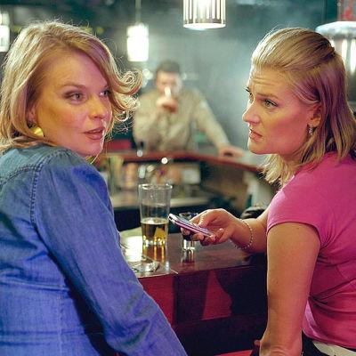 Elina Knihtilä (vas) ja Pirjo Lonka Reetta Aallon ohjaamassa lyhytelokuvassa Tyttöjen ilta. Yle kuvapalvelu.