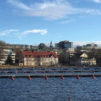 Lappeenrannan kylpylaitos (vas.) ja Kasino Saimaan rannalla.