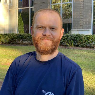 Scott Peoples, en leende man med rött skägg, är republikan som röstar på Biden.