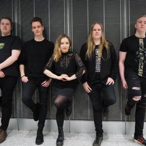 Scarlett Breaks -yhtye tummaa seinää vasten