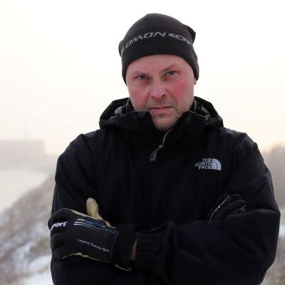 Kari Alaniska Kemijoen patopenkalla, taustalla Isohaaran voimalaitos.