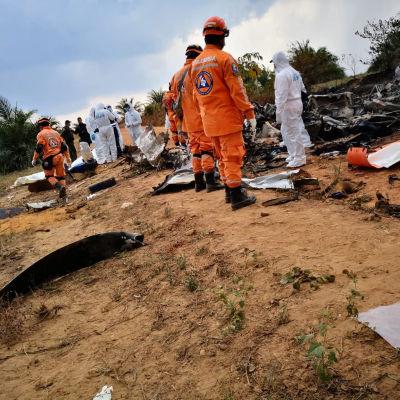 Ett flygplan av modellen Douglas DC-3 ligger i spillror i centrala Colombia efter en krasch.