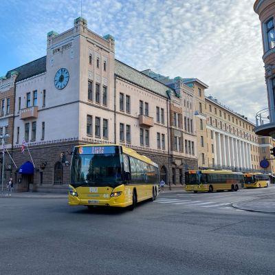 En gul Föli-buss på Slottsgatan.