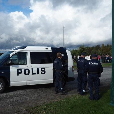 Finska poliser i Torneå vid gränsen mot Sverige.