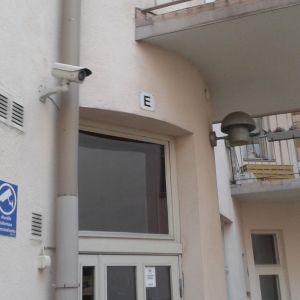 Ett husbolag som har installerat övervakningskameror på gården.