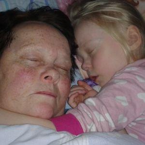 Erja nukkuu tyttärentyttärensä kanssa. Erjan tytär Hanna-Riitta kertoo äitinsä tarinan SuomiLOVEn 3. kaudella.